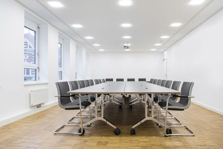 Kleiner Sitzungssaal mit Akustikdecke und Medientechnik