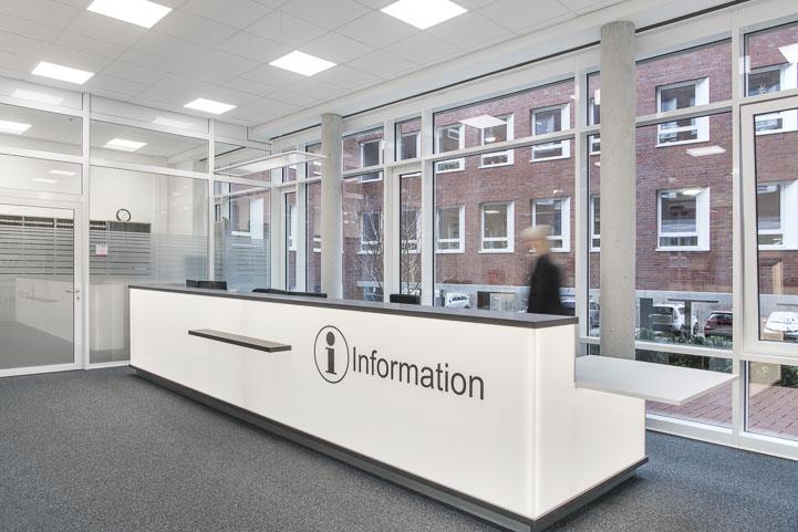 Informationstresen Gebäude C, Front hinterleuchtet